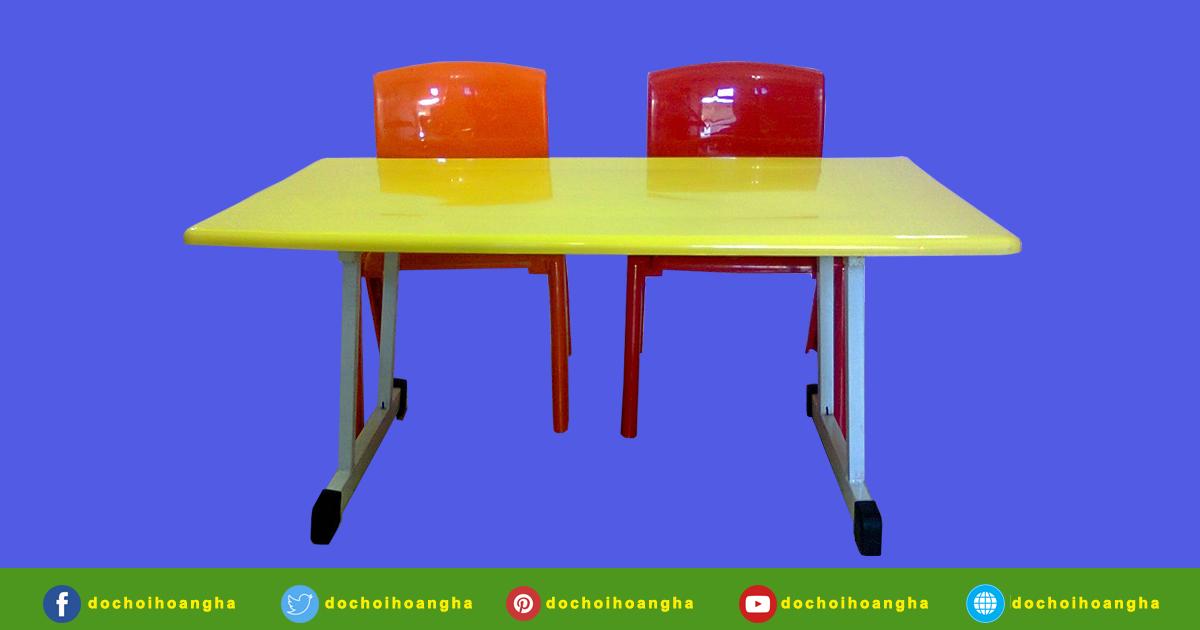 Mặt bàn được làm từ nhựa PP, chân sắt sơn tĩnh điện, đế cao su chống trầy