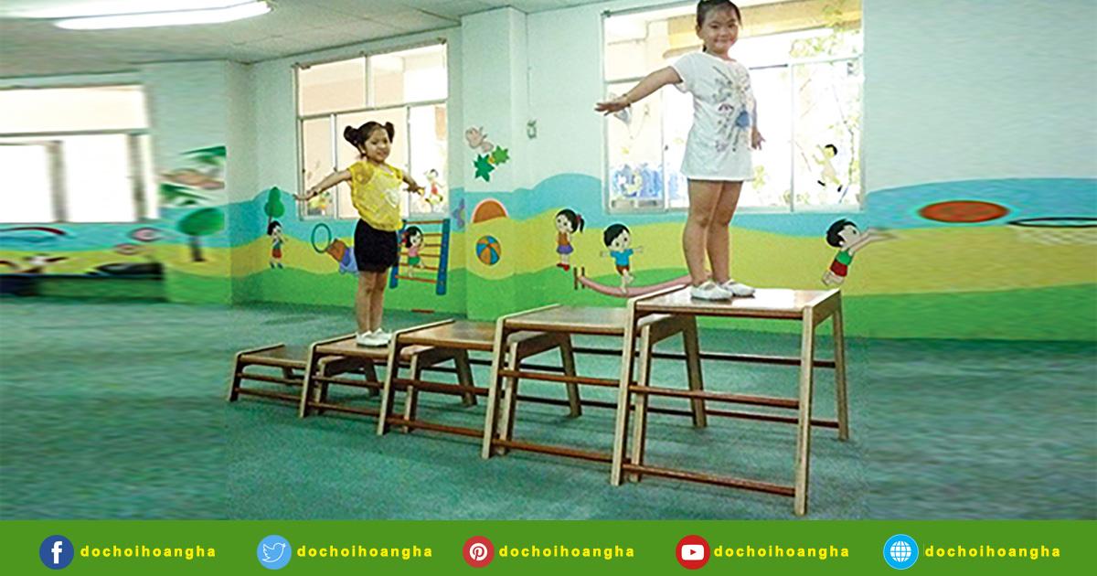 Băng ghế sẽ giúp bé tập thể dục và thích nghi với các độ cao khác nhau