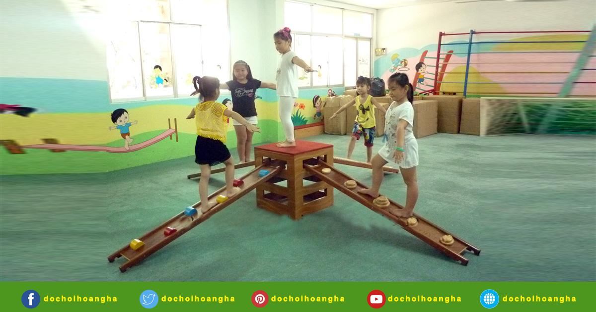 Thanh đi thăng bằng sẽ giúp các Bé tập vượt qua các chướng ngại vật và tập giữ thăng bằng.