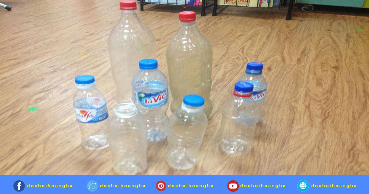 Việc đầu tiên cần làm là thu thập các chai nhựa với hình dáng