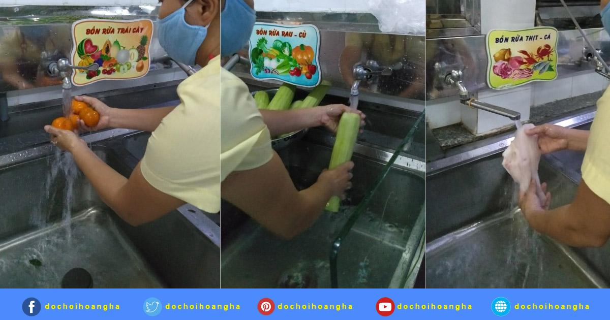 Thực phẩm được chuyển từ khâu sơ chế sang thì chia ra từng bồn để rửa