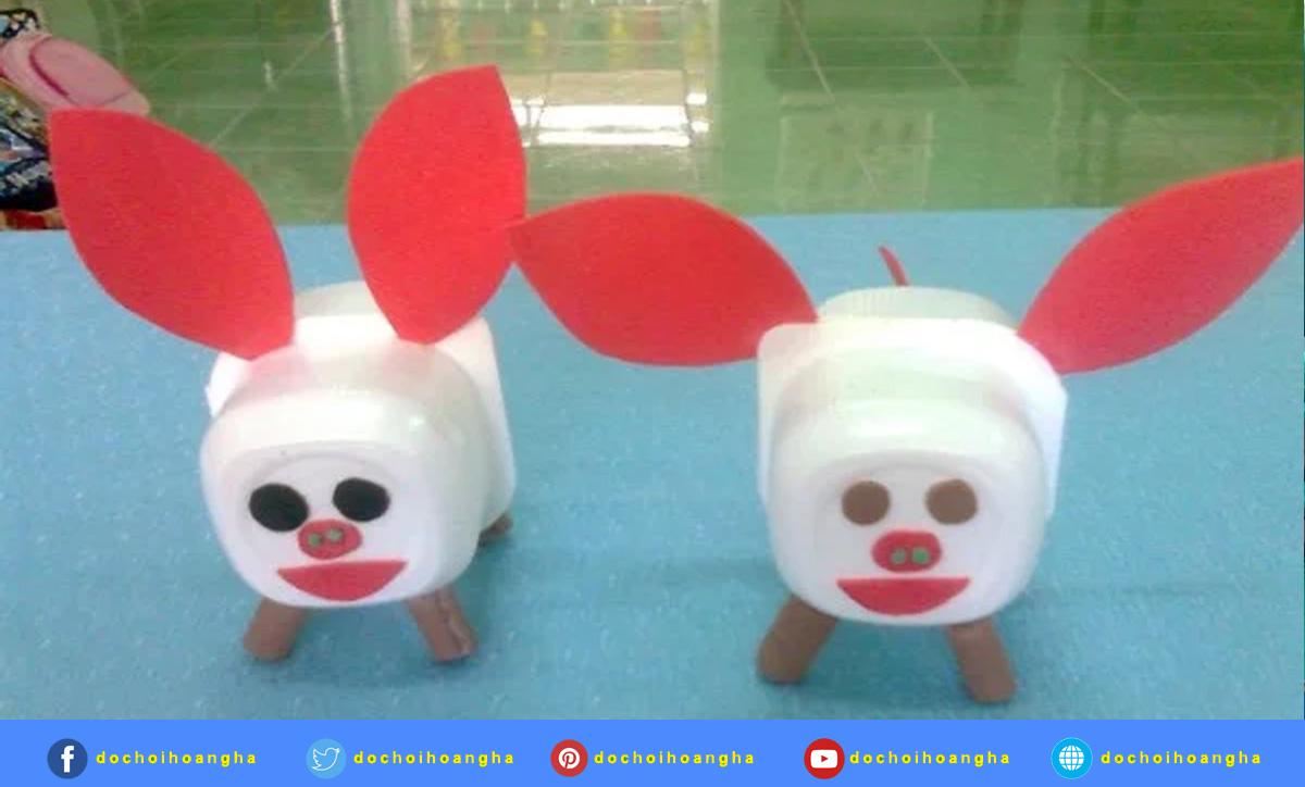 Giáo viên hướng dẫn trẻ làm chú lợn con và sản phẩm