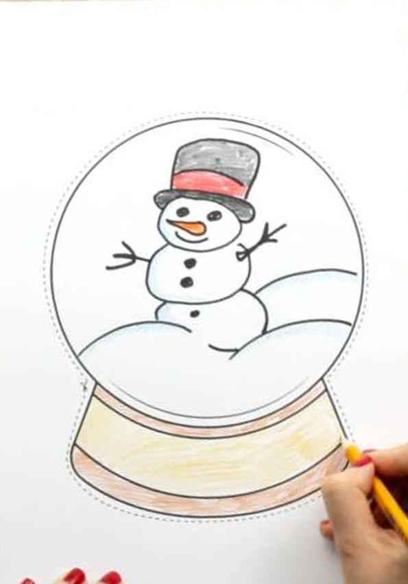 Hãy tiếp tục và tô màu thiết kế của bạn. Quả cầu tuyết ví dụ này có một chiếc mũ đội đầu dễ thương!